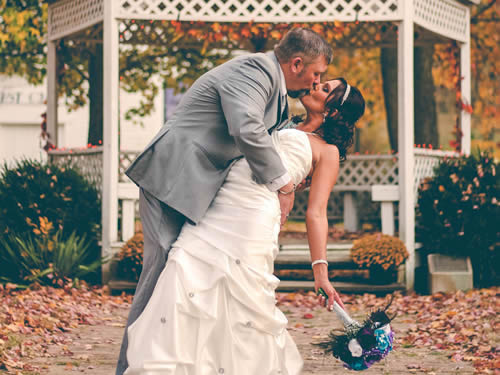 Noivos se beijando após se casarem
