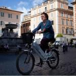 Noiva Chega ao seu Casamento de Bicicleta Elétrica