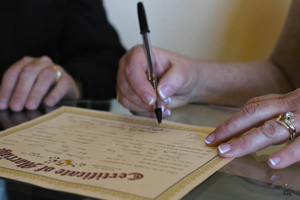 Hora de assinar os documentos do casameento