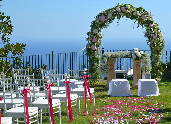 Arco de flores para casamento religioso