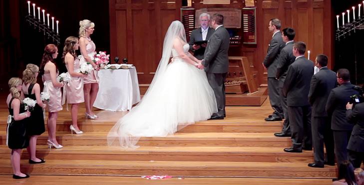 Bridesmaids e Groomsmen ao lado dos noivos na cerimônia