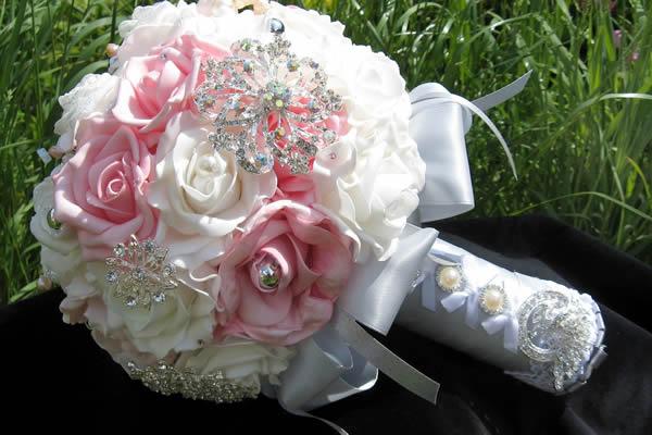 Buquê de broches de Talita Stoppazzolli, noiva de Cacá Bueno