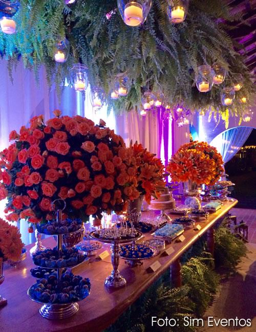 Arranjos de Flores Suspensos no Teto para Casamento