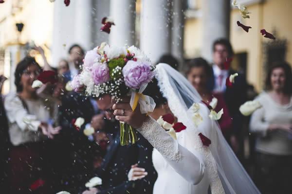 A tradi��o da chuva de arroz nos noivos
