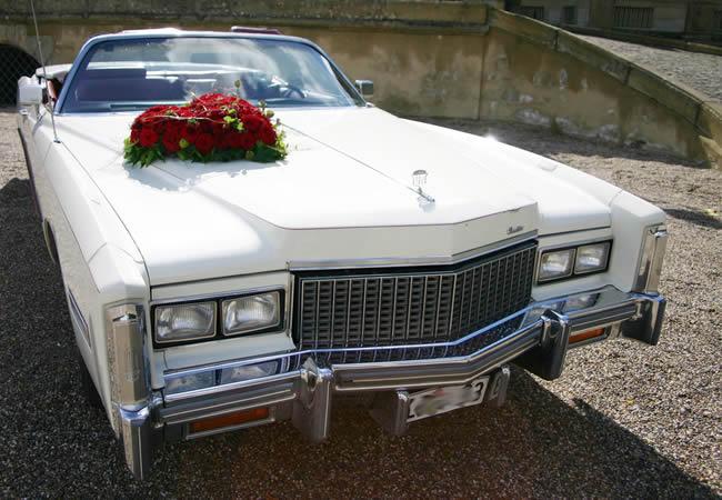 Muitas noivas escolhem chegar no casamento em carros antigos ou clássicos.