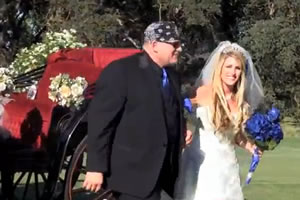 Noivos chegam ao casamento ao som de Rock n Roll
