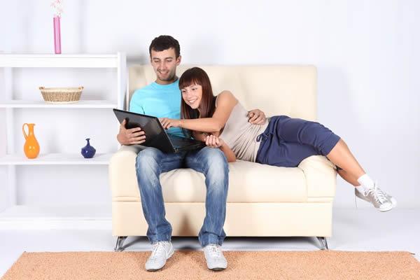 Noivos escolhem presentes para lista de casamento